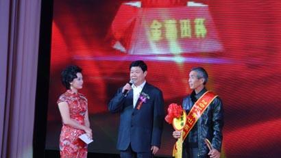 山东省副省长贾万志为2012年度粮王颁奖